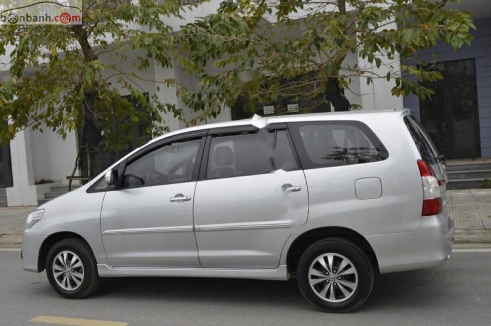 Bán ô tô Toyota Innova 2.0E năm 2016, màu bạc, chính chủ