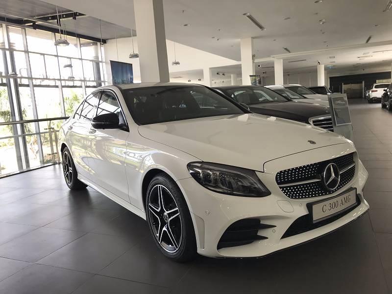 Cần bán gấp Mercedes C300 AMG 2019, màu trắng