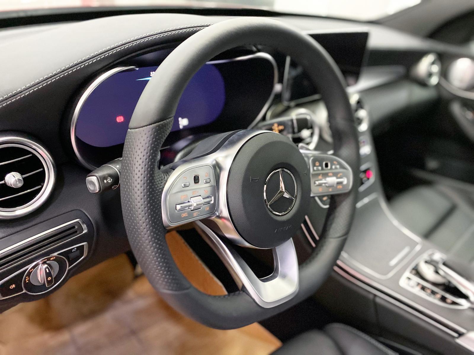 Bán Mercedes C300 AMG 2020 màu đỏ siêu lướt giá cực tốt - xe cũ chính hãng