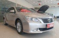Cần bán lại xe Toyota Camry 2.0E 2014, màu bạc số tự động giá 785 triệu tại Hà Nội