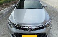 Cần bán xe Toyota Camry 2.0E 2017 màu bạc, xe đẹp đi kĩ, chính hãng Toyota Sure giá 830 triệu tại Tp.HCM